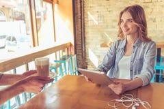 Молодая женщина в кафе Стоковые Фото