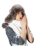 Молодая женщина в кашлях одежд зимы стоковая фотография