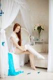 Молодая женщина в кровати в утре стоковое изображение rf