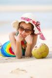 Молодая женщина в купальнике с коктеилем кокоса стоковое изображение rf