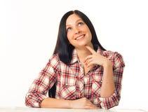 Молодая женщина в клетке моды одевает представлять дела вскользь на белой предпосылке с руками на стороне Стоковая Фотография