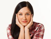 Молодая женщина в клетке моды одевает представлять дела вскользь на белой предпосылке с руками на стороне Стоковое Изображение RF