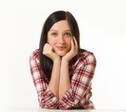 Молодая женщина в клетке моды одевает представлять дела вскользь на белой предпосылке с руками на стороне Стоковые Фото