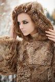 Молодая женщина в мехе зима напольная Стоковые Изображения RF
