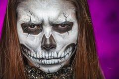 Молодая женщина в дне мертвого искусства стороны ART Halloween стороны черепа маски с туманом на черной предпосылке стоковое фото rf