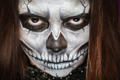 Молодая женщина в дне мертвого искусства стороны ART Halloween стороны черепа маски с туманом на черной предпосылке стоковые фото