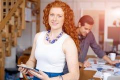 Молодая женщина в офисе Стоковые Фотографии RF