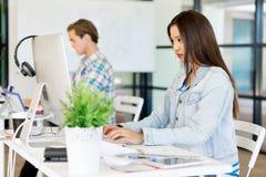 Молодая женщина в офисе Стоковое Изображение RF