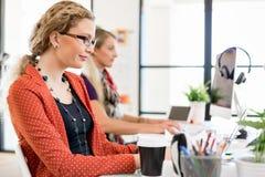 Молодая женщина в офисе Стоковое Фото