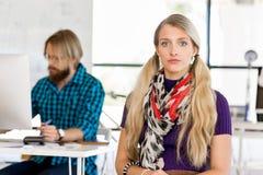 Молодая женщина в офисе Стоковые Изображения