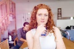 Молодая женщина в офисе Стоковые Фото