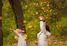 Молодая женщина 2 в парке Стоковая Фотография