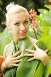 Молодая женщина в парке стоковые фотографии rf
