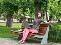 Молодая женщина в парке стоковое фото rf