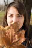 Молодая женщина в парке Стоковые Изображения RF