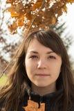 Молодая женщина в парке Стоковое Изображение RF