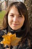 Молодая женщина в парке Стоковые Изображения