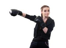 Молодая женщина в перчатках бокса на белой предпосылке Стоковое Фото