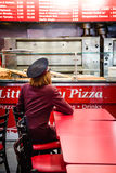 Молодая женщина в пиццерии стоковые фото
