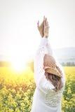 Молодая женщина в поле рапса Стоковая Фотография RF