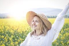 Молодая женщина в поле рапса Стоковые Фотографии RF