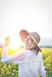 Молодая женщина в поле рапса Стоковые Изображения RF