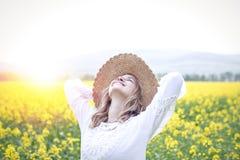 Молодая женщина в поле рапса Стоковое Фото