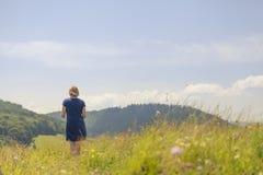 Молодая женщина в поле Стоковые Изображения