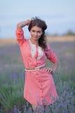 Молодая женщина в поле blossoming лаванды Стоковая Фотография RF