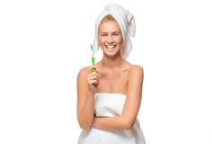 Молодая женщина в полотенце с усмехаться зубной щетки Стоковые Фотографии RF