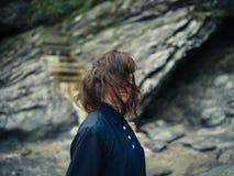 Молодая женщина в природе лестницами водя вверх по скале Стоковое фото RF