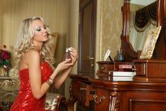 Молодая женщина в платье вечера с дух. Стоковое Изображение