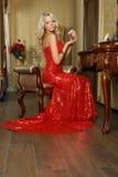 Молодая женщина в платье вечера с дух. Стоковые Фото