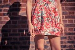 Молодая женщина в платье снаружи Стоковое Изображение RF