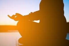 Молодая женщина в размышляя йоге Стоковые Фото