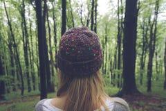 Молодая женщина в древесных зеленях Стоковая Фотография