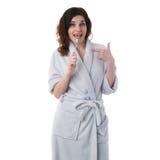 Молодая женщина в робе ванны над белизной изолировала предпосылку Стоковое Изображение