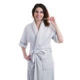 Молодая женщина в робе ванны над белизной изолировала предпосылку Стоковое Фото