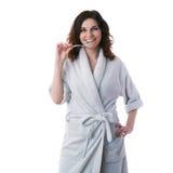 Молодая женщина в робе ванны над белизной изолировала предпосылку Стоковые Изображения