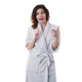Молодая женщина в робе ванны над белизной изолировала предпосылку Стоковые Фото