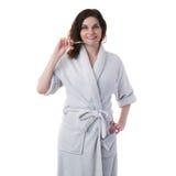 Молодая женщина в робе ванны над белизной изолировала предпосылку Стоковое фото RF