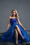 Молодая женщина в роскошном голубом платье Стоковое Изображение