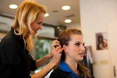 Молодая женщина в салоне парикмахера имея обработку и стрижку Стоковое Фото