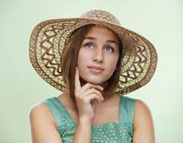 Молодая женщина в соломенной шляпе стоковые изображения rf