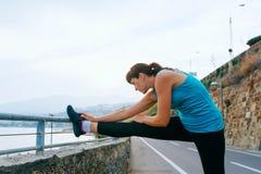 Молодая женщина в спорте на морском побережье Стоковые Фото