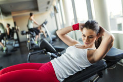 Молодая женщина в спортзале стоковые фотографии rf