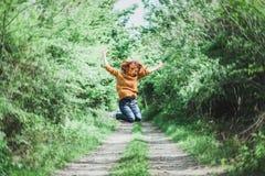 Молодая женщина в среднем воздухе Стоковое Изображение