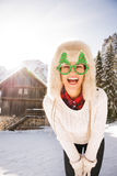 Молодая женщина в стеклах рождества перед домом горы Стоковое Изображение RF