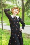 Молодая женщина в стиле платья ретро стоковое фото