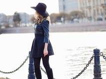 Молодая женщина в стильных одеждах на фоне города, романтичном портрете Портрет очаровательной блондинкы дальше Стоковое фото RF